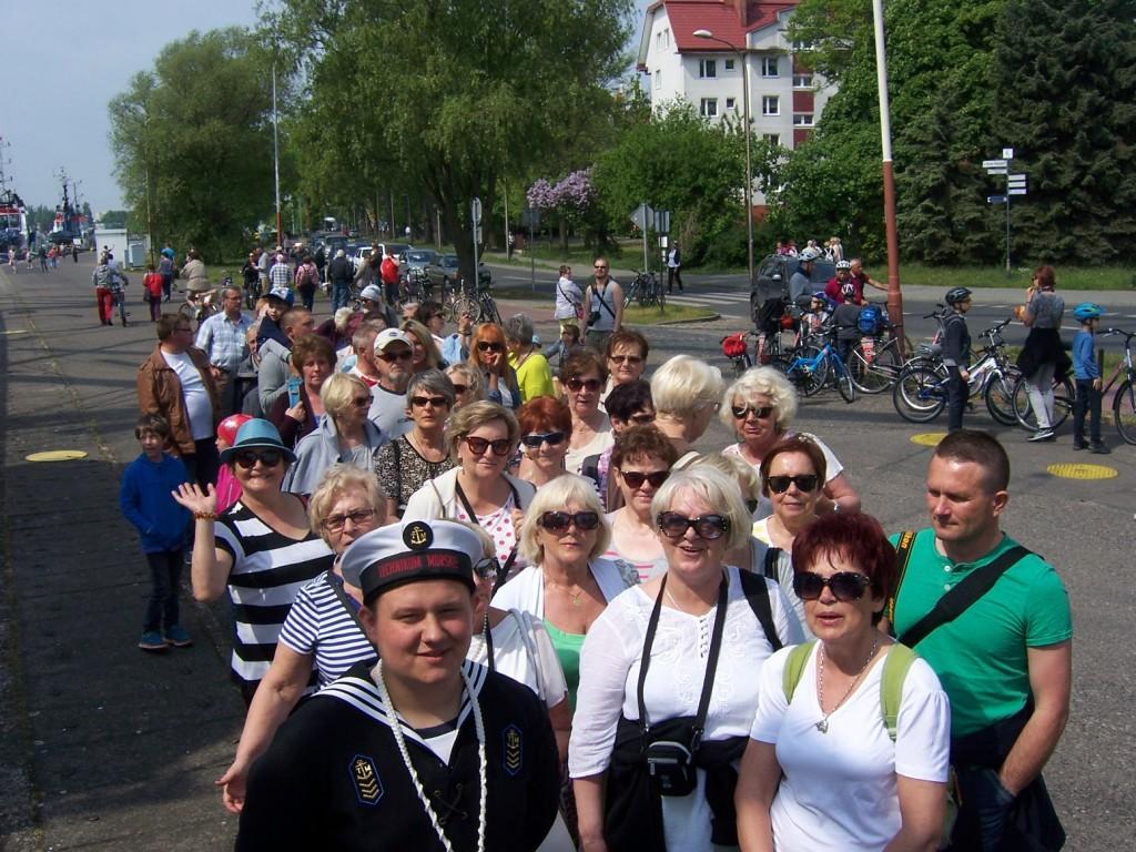 2016-05-21 w kolejce do zwiedzania Daru Mlodziezy