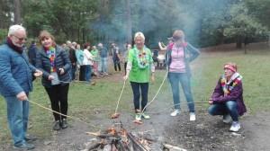 2- przy ognisku -sie piecze sie ma (2)