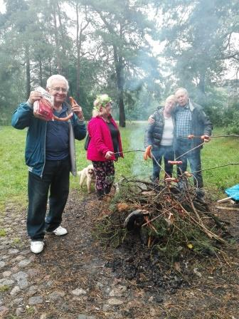 2017-09-23 płonie ognisko, a kielbaski grzeją się