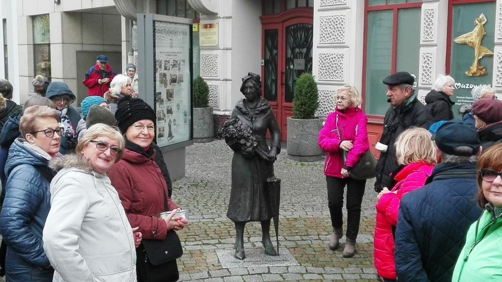 Pomnik - z mieszkanka Plocka Mirą Zimińską-Sygetyńską